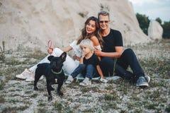 Den stilfulla familjen i parkerar royaltyfri foto