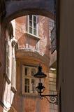 Den stilfulla gamla lyktan av mycket gammal byggnad nära svensk kvadrerar framme i Wien Royaltyfri Foto