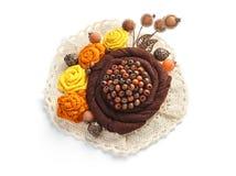 Den stilfulla handgjorda broschen som består av brunt, blommar från tyg på en vit bakgrund Royaltyfri Foto