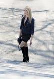 Den stilfulla kvinnan stiger på konkreta moment, parkerar in Royaltyfria Foton
