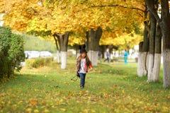 Den stilfulla lilla flickan går i träna Arkivbilder