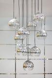 Den stilfulla ljuskronan med rundan avspeglar skuggar Royaltyfri Fotografi