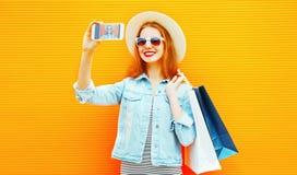 Den stilfulla lyckliga kvinnan tar en bild självståenden på en smartphone Arkivbild