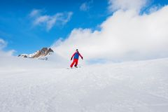 Den stilfulla manliga idrottsman nensnowboarderen rider på en svart tavla på snen Arkivfoto