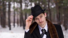 Den stilfulla mannen bär en hatt arkivfilmer