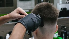 _ Den stilfulla mannen gör en frisyr på barberaren lager videofilmer