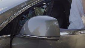 Den stilfulla mannen i solglasögon får ut ur bilen stock video