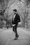 Den stilfulla mannen i stålar med skägget parkerar in Fotografering för Bildbyråer