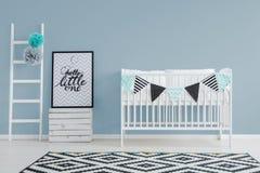 Den stilfulla minimalisten behandla som ett barn sovrummet för ` s Royaltyfri Bild