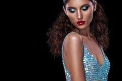 Den stilfulla ståenden för nattexponeringsmode av den moderiktiga tillfälliga unga kvinnan i blått klär på svart bakgrund med kop Arkivbild