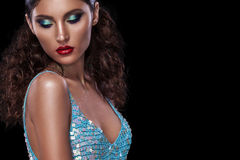 Den stilfulla ståenden för nattexponeringsmode av den moderiktiga tillfälliga unga kvinnan i blått klär på svart bakgrund med kop Royaltyfria Bilder