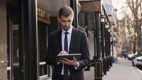 Den stiliga affärsmannen använder minnestavladatoren stock video
