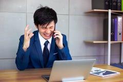 Den stiliga affärsmannen får ilsket så mycket när kunden eller employe fotografering för bildbyråer