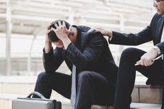 Den stiliga affärsmannen känner sig ledsen, deprimerad, uppriven och fel av royaltyfria bilder