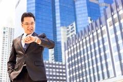 Den stiliga affärsmannen ser armbandsuret för att kontrollera tid CH arkivfoto