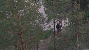 Den stiliga aktiva mannen kör framåt och att möta hans flickvän Det unga toutistparet omfamnar och kysser lyckligt medan mötet stock video