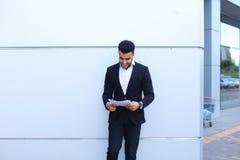 Den stiliga arabiska entreprenörstudenten som ler, rymmer och ser D Arkivbilder