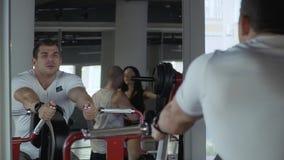 Den stiliga grabben är förlovad i idrottshallen arkivfilmer