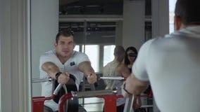 Den stiliga grabben är förlovad i idrottshallen stock video