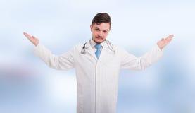 Den stiliga läkaren med gömma i handflatan upp arkivbild