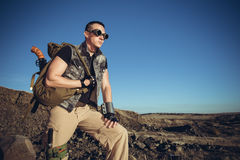Den stiliga mannen i en fantastisk dräkt av soldaten Arkivfoto