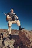 Den stiliga mannen i en fantastisk dräkt av soldaten Fotografering för Bildbyråer