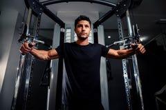 Den stiliga mannen utarbetar i idrottshall Arkivfoton