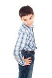 Den stiliga pojken i en skjorta står isolerad Royaltyfri Foto
