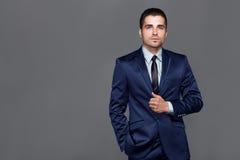 Den stiliga unga mannen bär en klocka Royaltyfri Fotografi