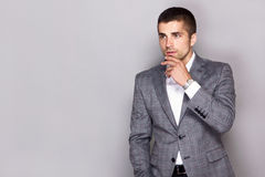 Den stiliga unga mannen bär en klocka Arkivfoton