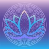 Den stiliserade logoen för lotusblommablomman i skuggor av blått och lilor som inramas med den runda blom- mandalaen på lutningba Royaltyfri Bild