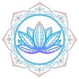 Den stiliserade lotusblommablomman i skuggor av lilor och blått som inramas med den blom- mandalaen som isoleras på vit bakgrund, Royaltyfria Foton