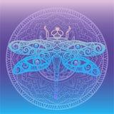 Den stiliserade sländan med vingar planlägger swirly och mänskliga ögon på dess vingar inramat med den blom- mandalaen på den lut Royaltyfri Foto