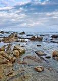 Den stillsamma kusten med format oregelbundet vaggar, Sanya, den Hainan ön, Arkivbilder