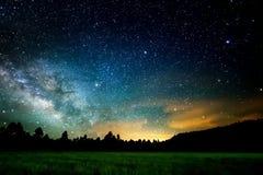 Den stjärnklara himlen, den mjölkaktiga vägen Foto av lång exponering för bildinstallation för bakgrund härligt bruk för tabell f fotografering för bildbyråer