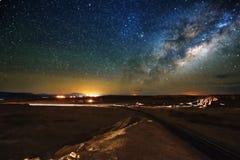Den stjärnklara himlen, den mjölkaktiga vägen Foto av lång exponering för bildinstallation för bakgrund härligt bruk för tabell f royaltyfri foto