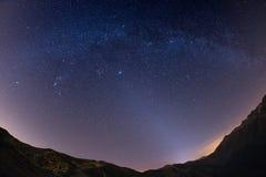 Den stjärnklara himlen ovanför fjällängarna, 180 grad fisheyesikt Arkivfoton