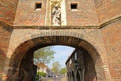 Den ?stliga porten Oostpoort som lokaliseras l?ngs Schiekanaal i delftfajans, Nederl?nderna, med detaljer av carvings arkivfoto