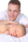 Den stolta fadern med nyfött behandla som ett barn Arkivfoto