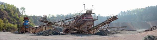 Den Stonecrusher maskinen i en aktiv villebrådmin av porfyr vaggar Arkivbilder