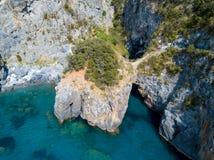 Den stora bågen, den flyg- sikten, båge vaggar, Arco Magno och stranden, San Nicola Arcella, det Cosenza landskapet, Calabria, It Arkivfoto