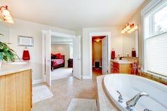 Den stora badrummen med white badar Royaltyfria Foton