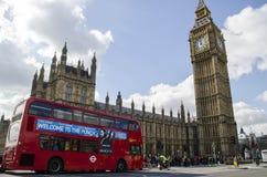 Den stora benen och den röda bussen Arkivfoto