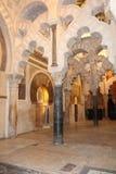 Den stora berömda inre för moské eller Mezquita i Cordoba, Spanien royaltyfri foto
