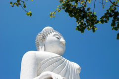 Den stora Bhudda för marmor statyn, Phuket, Thailand royaltyfri foto