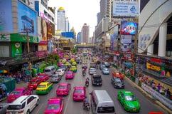 Den stora bilproppen på en av de centrala gatorna av Bangkok Arkivfoto