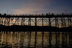 Den stora bron som gjordes av trä för att använda, korsade från en sida till en annan sida av floden Royaltyfri Bild