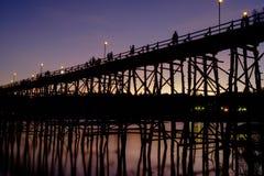Den stora bron som gjordes av trä för att använda, korsade från en sida till en annan sida av floden Royaltyfria Foton
