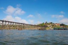 Den stora bron som gjordes av trä för att använda, korsade från en sida till en annan sida av floden Royaltyfria Bilder