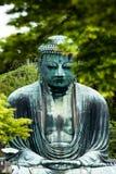 Den stora Buddha (Daibutsu) på jordningen av den Kotokuin templet i Kamakura, Japan Arkivfoton